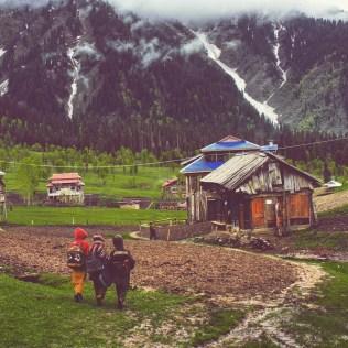اڑنگ کیل میں سکول سے واپس گھروں میں جاتے بچے - تصویر: احسن سعید