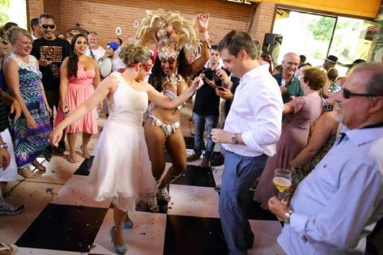 a melhor escolha_festa de casamento com escola de samba