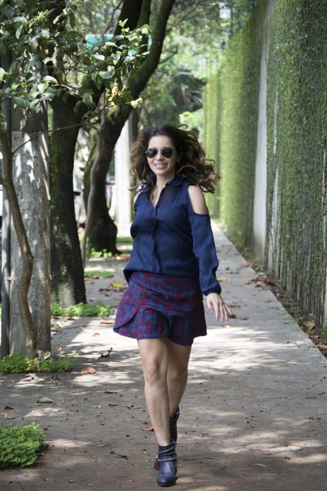 inspiracao de look usando camisa, saia e bota na cor azul