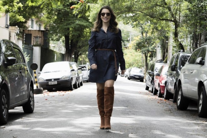 look usando bota over the knee e vestido jeans equus