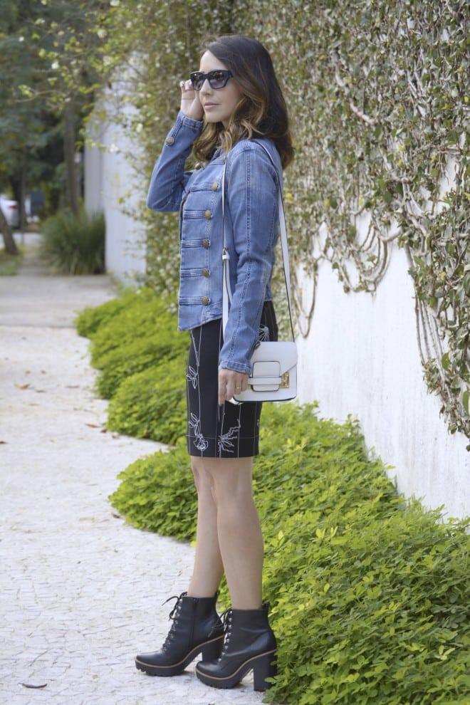 inspiracao de look street style usando jaqueta jeans e bota coturno para mulher