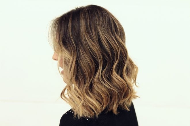 morena iluminada com a técnica de contorno para iluminar o cabelo no verão chamada hair contour