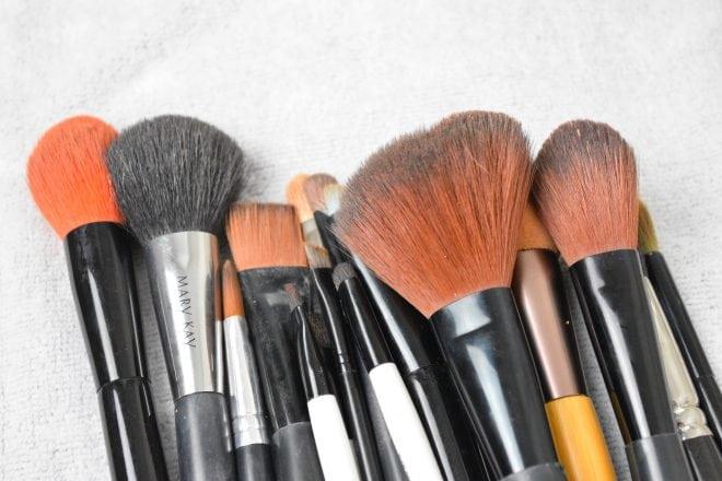 Tutorial de como lavar pincel de maquiagem de um jeito prático e rápido