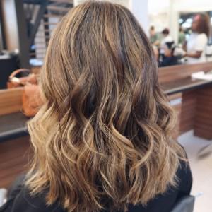 Morena iluminada com cabelo na cor marrom