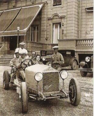 Enzo Ferrari au volant d'une Alfa Romeo 6C en 1930