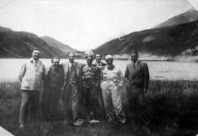 Les coureurs Alfa Romeo en 1930 ou 1931 Enzo Ferrari, Tazio Nuvolari et Achille Varzi avec le manager directeur de Alfa Romeo Prospero Gianferrari