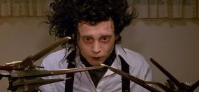 """""""Eduardo Mãos de Tesoura"""" é um dos seus melhores filmes. E com o maior acessório ( e mais perigoso) já viram bem aquelas mãos em forma de tesoura?"""