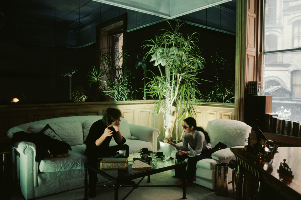 """""""Am 18. September luden mich John und Yoko ein, sie im Dakota zu fotografieren, dem Apartmenthaus, in dem sie wohnten und ihre Büros hatten."""" © Kishin Shinoyama. John Lennon & Yoko Ono. Double Fantasy"""