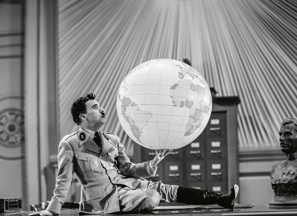"Adenoid Hynkel (Charlie Chaplin) spielt mit der Welt in ""The Great Dictator"" (1940). Copyright: (c) Roy Export Company Establishment."