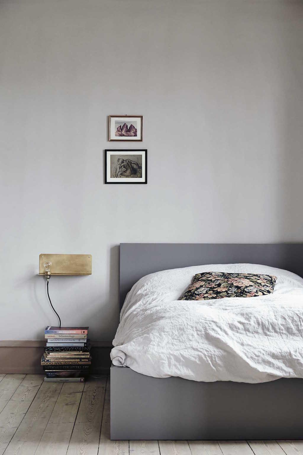 Nathalies Frama Wall Light ist gleichzeitig eine Lampe und ein kleiner Nachttisch.