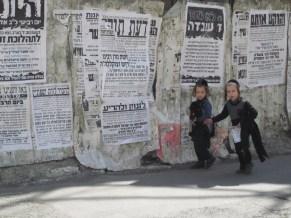 Kinder im streng jüdisch-orthodoxen Viertel