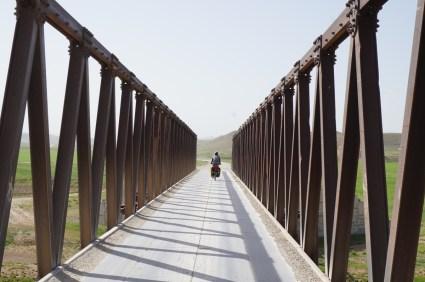 schmale Brücke und staubige Holperpiste