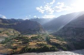 Wunderschönes Afghanistan auf der anderen Flussseite. Für 500km zu bewundern