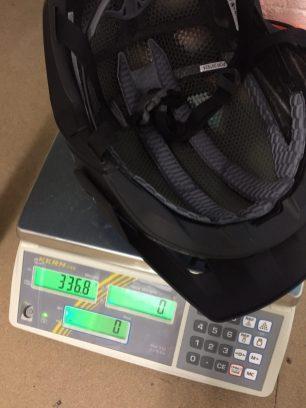 Endura MT500 Helm auf der Waage
