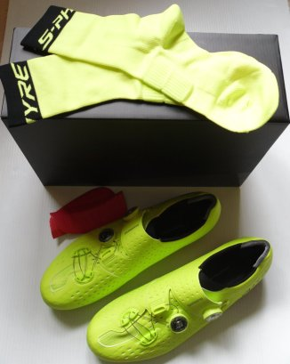 Schuhe kommen inkl. Socken und Keilpaar