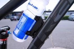 Einfach die Lieblingsflasche mit dem Uni Connector verbinden und einklicken.