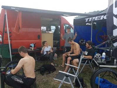 Auflockernde Pause im Teamlager mit Marcell Florian und Nick.