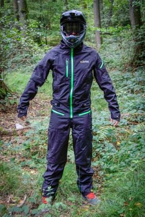 Der Dritsuit hat eine lockere Passform und erlaubt das tragen von Protektoren unter dem Anzug.