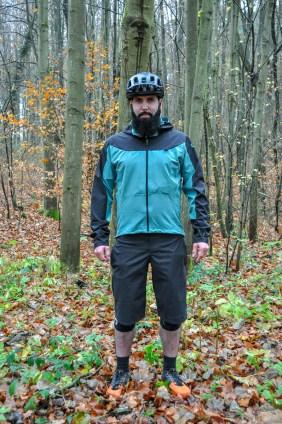 Die Traze Jacke ist vorgeformt und an der Rückseite deutlich länger geschnitten als auf der Vorderseite.