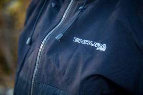 Die Regenjacke kommt im selben schlichten Look wie der Anzugt, ist aber auch in knalligeren Farben erhältlich.