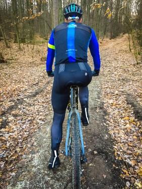 Nach Tests auf dem Rennrad, dem Gravelbike und auf dem MTB kann Aaron ein fundiertes Urteil über die Hose fällen.