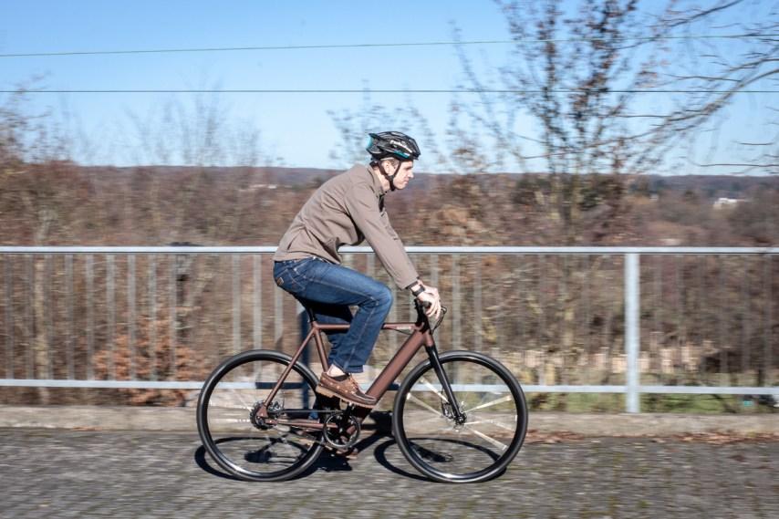 """""""Wie ein normales Fahrrad, nur doppelt so schnell ungefähr."""" Sascha aus dem HIBIKE-Ladenteam ist sichtlich angetan von den neuen Coboc-Bikes."""