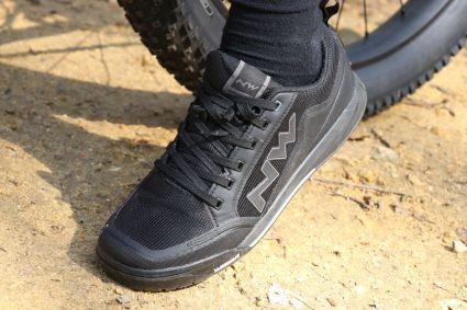 Kompromissbereit sein: bei Lauf oder Tragepassagen merkt man, dass bei steilem und gleichzeitig losem, nassen und matschigem Untergrund der Schuh an halt verliert