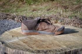Der Knöchel ist durch ein weit hochgezogene Schuhinnenseite geschützt.