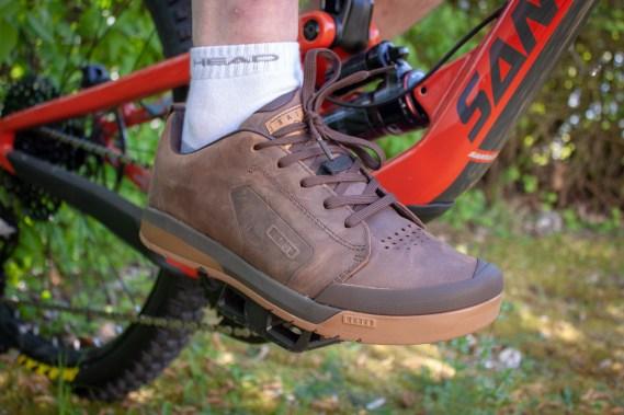 Der Raid Select, IONs neuer Flatpedal-Schuh kommt in schicker Lederoptik daher. Doch kann er auch auf dem Trail überzeugen?