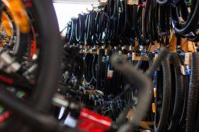 Hunderte Reifen auf Lager - vor Ort und in aller Welt direkt verfügbar