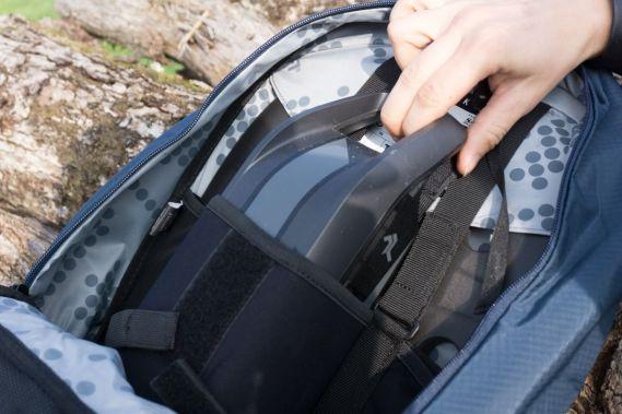 Das Akkufach befindet sich mittig und tief sitzend im Rucksack.