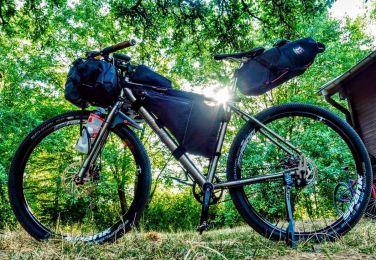 Mittlerweile gibt es ein breites Angebot an bikepacking-spezifischen Taschen, wo jede Menge reinpasst. © Fotograf: Ryan Davis