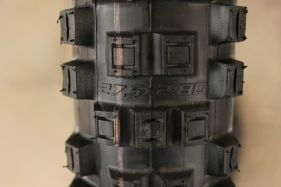 Die Außenstollen des EDDY CURRENT sind vorn und hinten gleich geformt, während die mittleren Stollen an der Front etwas flacher und längsorientiert gebaut sind.