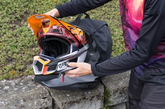 Der Helm kommt in einer robusten schwarzen Transporttasche, mit der man ihn unterwegs angenehm verstauen kann.