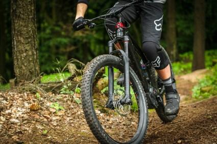 Das Fahrwerk am Trek Powerfly, welches ich als äußerst sensibel wahrgenommen habe, trägt im Zusammenspiel mit dem teifliegenden Schwerpunkt positiv zu den Bügelqualitäten des Bikes bei.