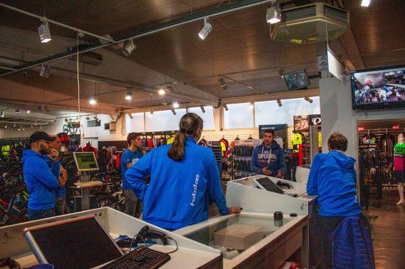 Jens von Taxc bringt unser Laden-Team auf den neusten Stand der Dinge.