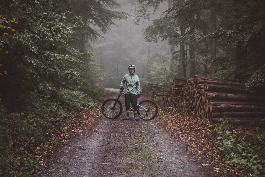 Düsteres Wetter und viel Regen von oben, beste Bedingungen um die FOX Flexair Neoshell Jacket zu testen