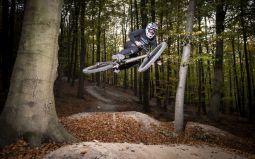 Mit Style fliegt Benedikt durch den dunklen Wald
