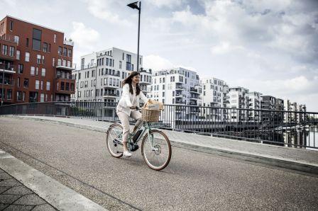 Dank E-Citybikes im retro Look machst du auch bei der Fahrt auf die Arbeit eine gute Figur
