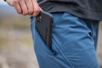 Praktische Tasche für das Handy - es ist beim Fahren nicht zu spüren