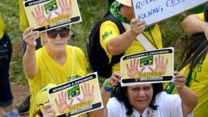 Brasileiros protestam contra a corrupção e em apoio à operação Lava Jato diante do Congresso em Brasília, em 4 de dezembro de 2016 - AFP/Arquivos