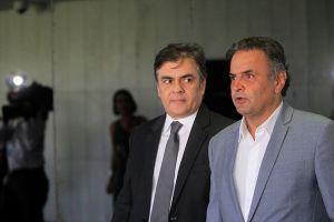 Senador Aécio Neves (PSDB-MG) e  senador Cássio Cunha Lima (PSDB-PB) chegam para reunião com lideranças da oposição. Foto: Beto Barata/Agência Senado