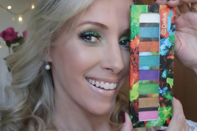 moça loira maquiagem colorida verde azul
