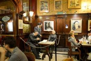 Cafe_Tortoni_La_mesa_que_Borges_acostumbraba_ocupar