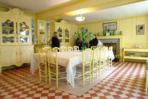 Cozinha-da-casa-de-Monet-com-mesa-e-cadeiras-small-postbit-75