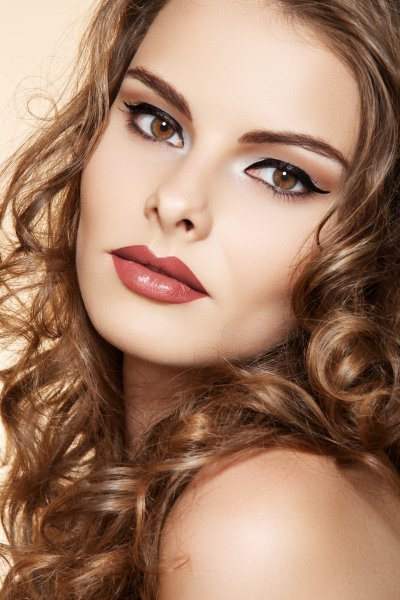 Sensual pin-up model with bright lips make-up & curly hairs seprimoris 34064642