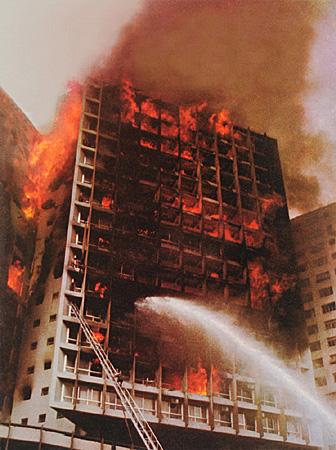 edifícios em chamas