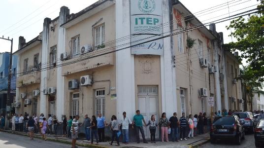 Servidores fazem abraço simbólico na sede do ITEP