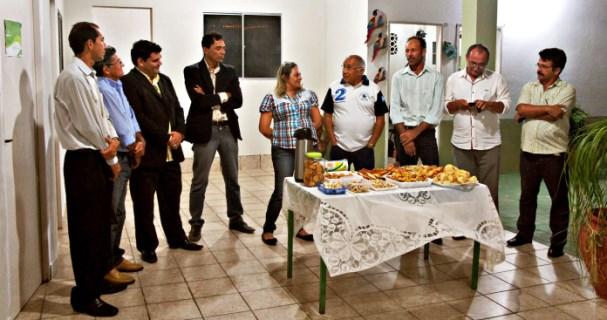 Ex-prefeito Paulo Amaro e vereadores Zé Nobre e Diaço sendo acolhidos pelo grupo da prefeita Suely (Foto: Sezimar Júnior)