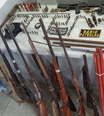 Armas e munição apreeendidas pela polícia